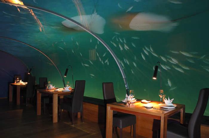 Ithaa - ресторан в Индийском океане. Вид в ночное время.
