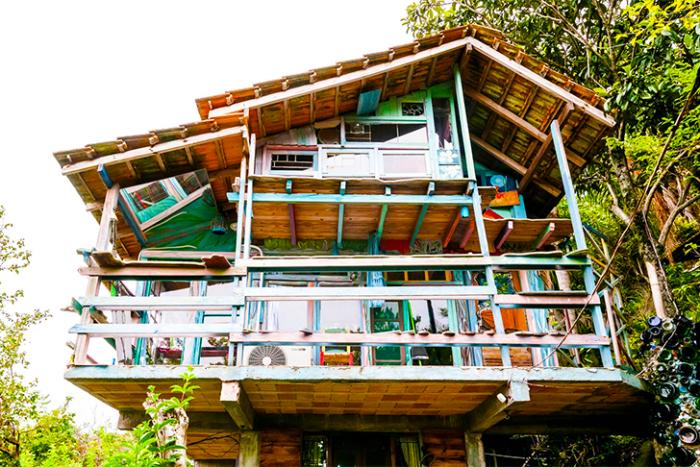 Дом, построенный из мусора.