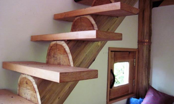 Japanese Forest House. Оригинальная деревянная лестница.