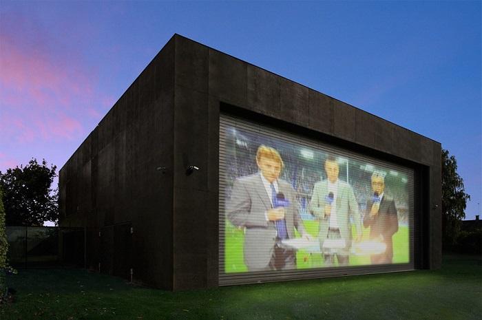 Защитные жалюзи можно использовать как экрат для кинотеатра под открытым небом.