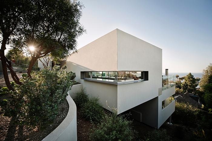 Kafka House - белоснежный дом в Калифорнии с видом на океан.