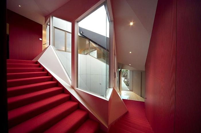 Klein Bottle House. Комната в монохромной цветовой гамме.