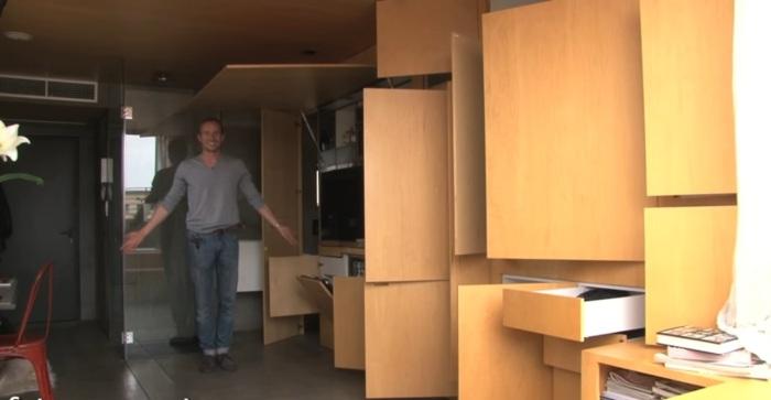 Владелец квартиры и его чудо-стенка.