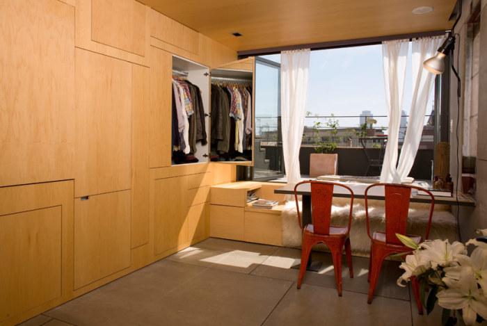 Стена возле окна - это вместительный шкаф для одежды.