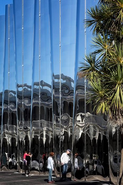Музей с зеркальным фасадом.