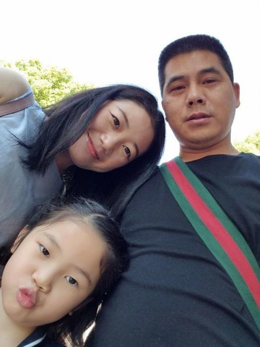 Владелец ресторана-самолета Ли Ян и его семья.