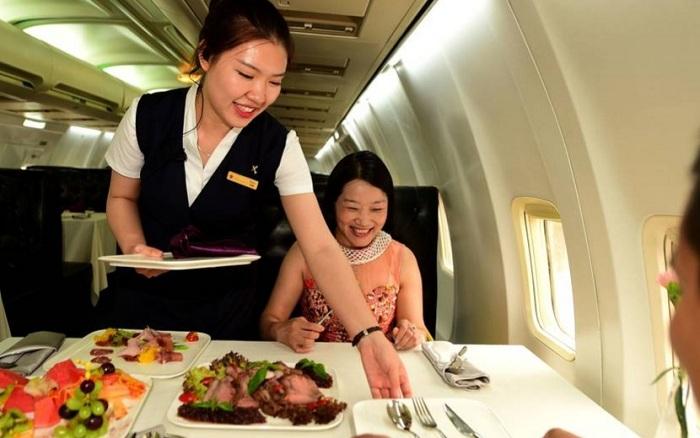 Ресторан внутри самолета.