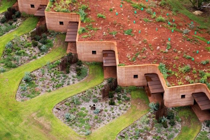 The Great Wall - глинобитная постройка из 12 резиденций.