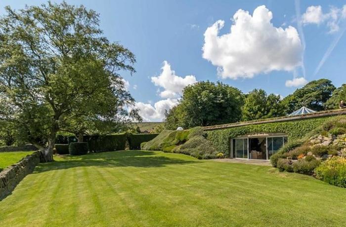 Underhill - дом в зеленом холме.