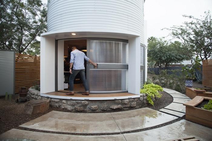 Силос для хранения зерна, переделанный в жилище.