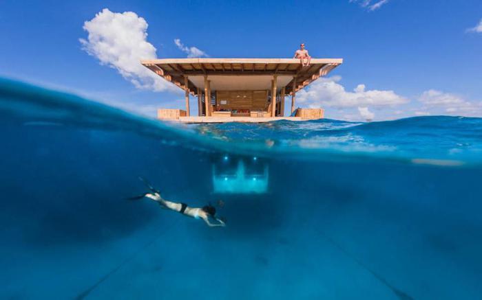 Manta Resort - отель, наполовину погруженный в воду.