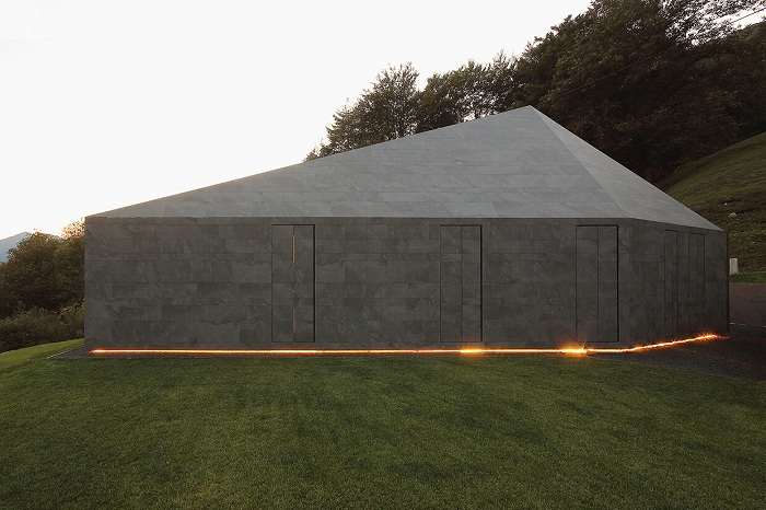 Montebar Villa - дом, похожий на бункер.