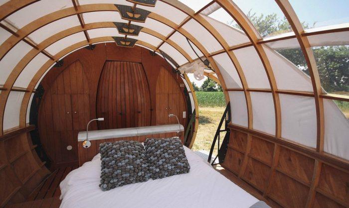 Mr. Plocq's Caballon - деревянная капсула с кроватью и туалетом.