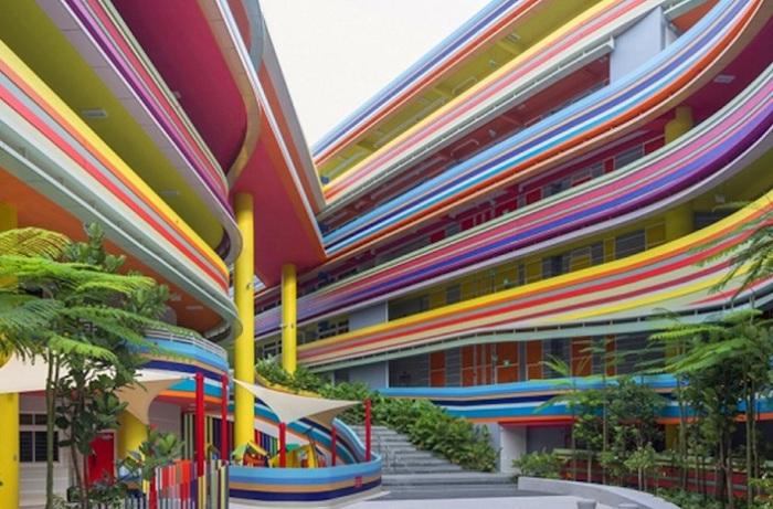 Яркие полоски фасада школы призваны стимулировать умственную деятельность учеников.