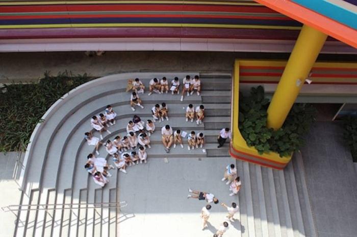 Внутренний двор школы предназначен для отдыха учеников.