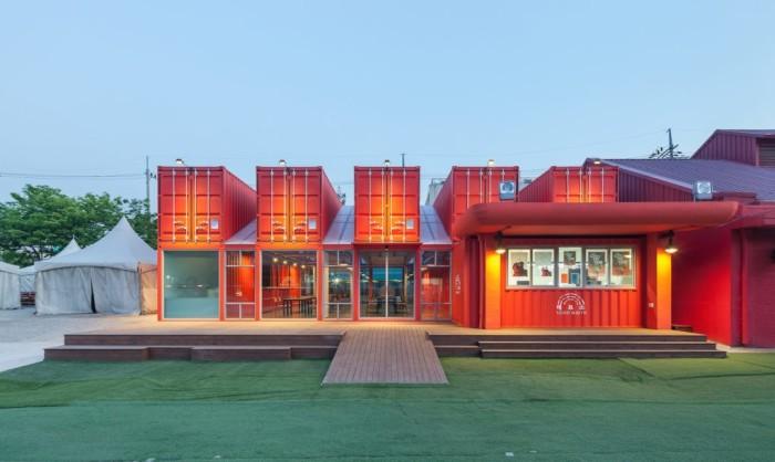 Общественное пространство при театральном центре, построенное из контейнеров.
