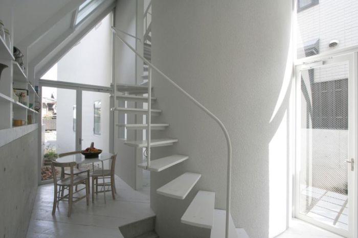O House.  Винтовая лестница.