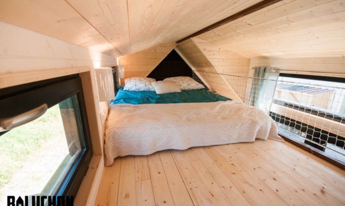 Кровать в мобильном домике.