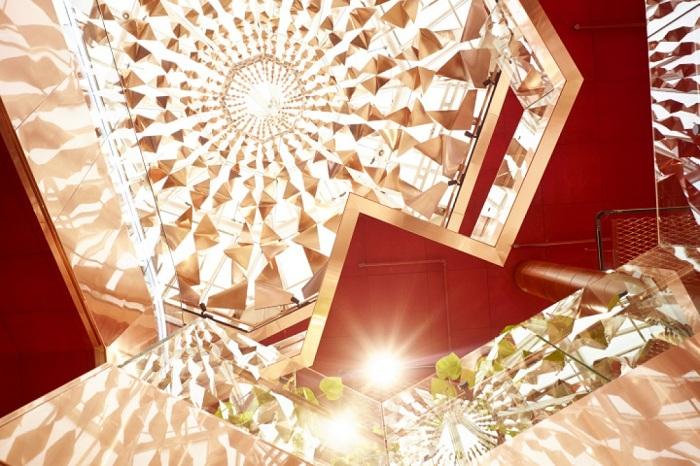 Сверкающий медный купол атриума торгового центра Paleet.