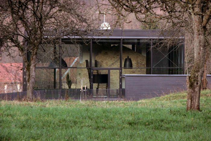 Загородный дом, построенный из развалин ружейного завода и стеклянной конструкции.