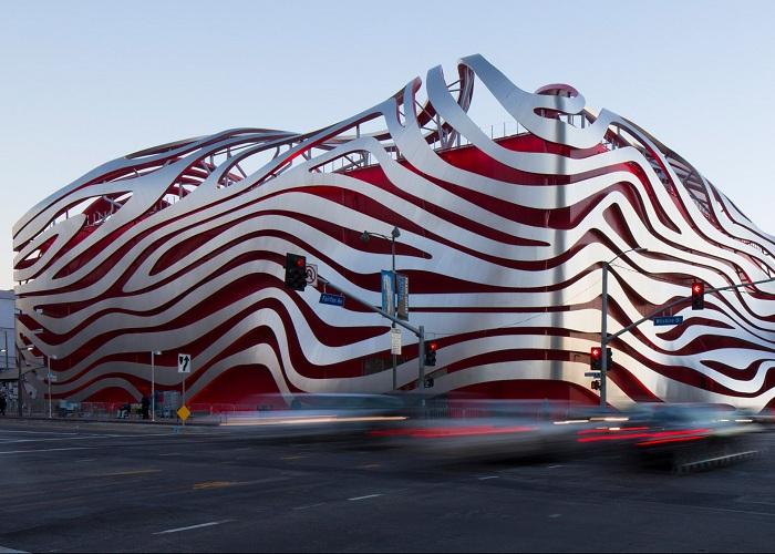 The Petersen Automotive Museum - автомобильный музей с волнообразным фасадом.