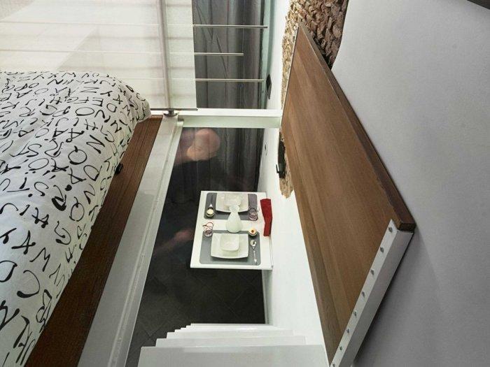 Через откидной пол можно попасть на второй уровень. | Фото: treehugger.com.