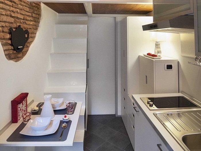 Кухню сложно назвать просторной, но она очень функциональная. | Фото: lifeedited.com.