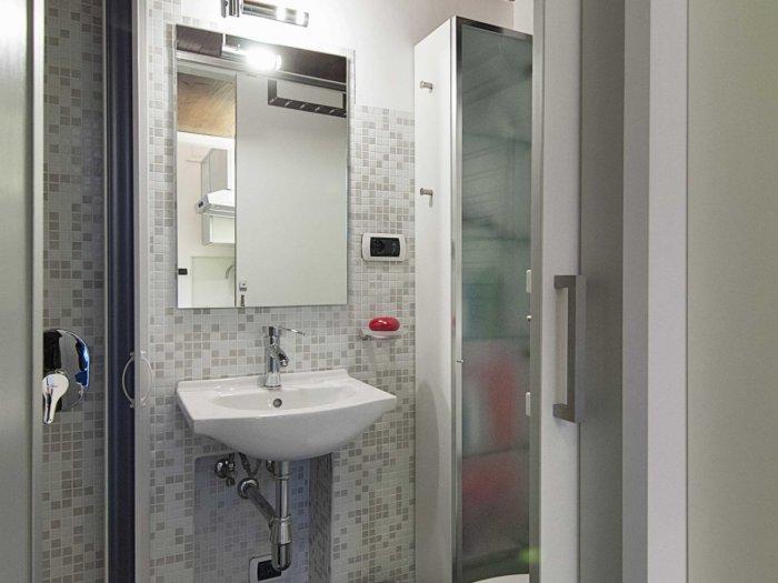 Современная ванная комната с душевой кабинкой. | Фото: lifeedited.com.