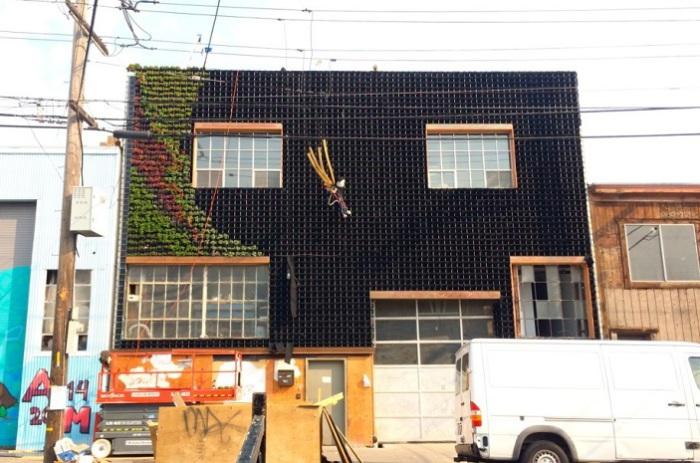 Фасад здания - основа для огромного панно из зелени.