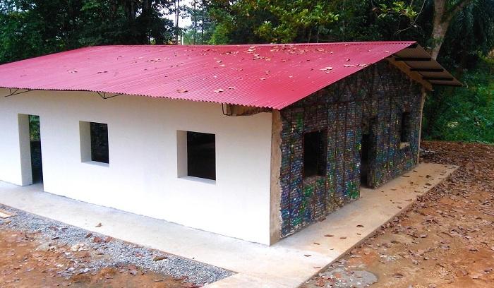 Plastic Bottle Village - деревня, в которой дома построены из пластиковых бутылок.