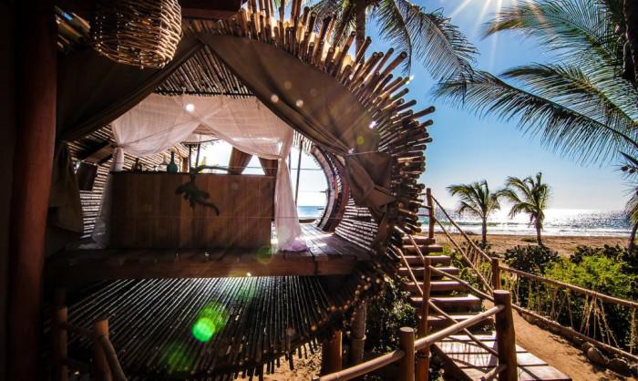 Дом из бамбука на курорте в Мексике.