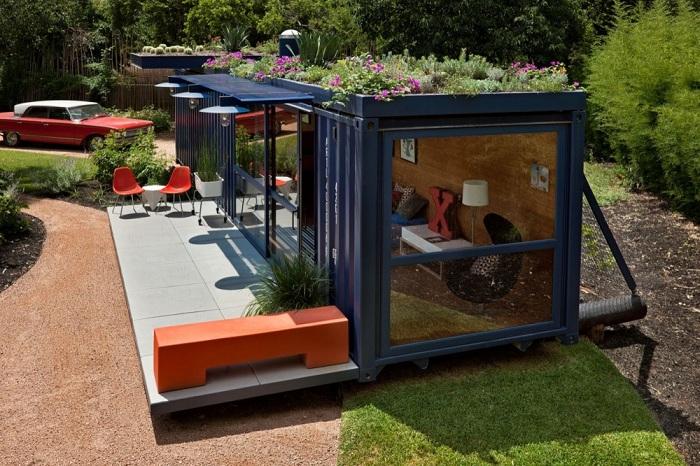 Гостевой домик, расположенный на садовой лужайке.