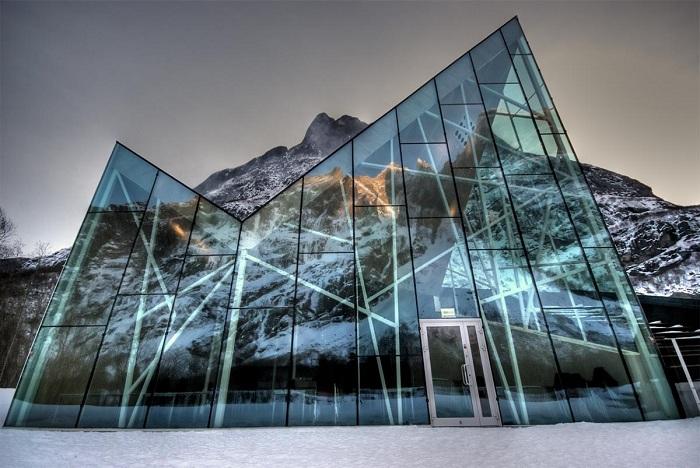 Ресторан у подножия Стены Троллей (Норвегия).