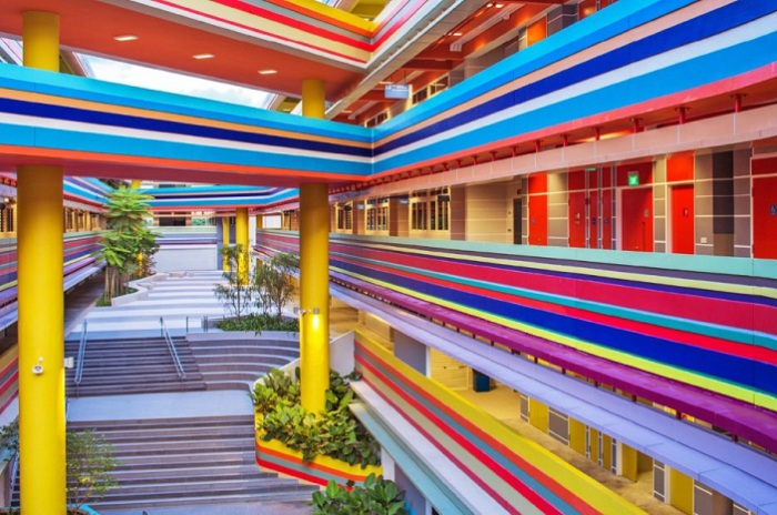 Nanyang Primary School - начальная школа с ярким фасадом.