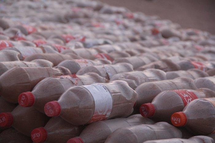 Бутылки с песком - основной строительный материал.