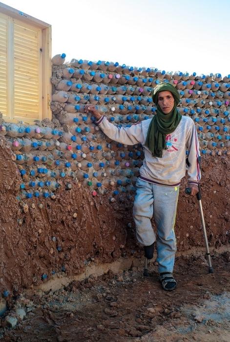 Беженец из Алжира возле своего будущего дома.