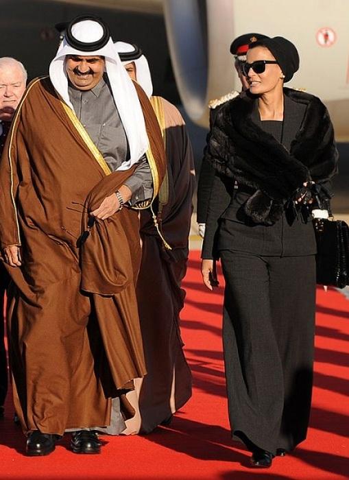 Шейха Моза со своим мужем шейхом Хамадом бин Халифа Аль Тани. | Фото: brightside.me.