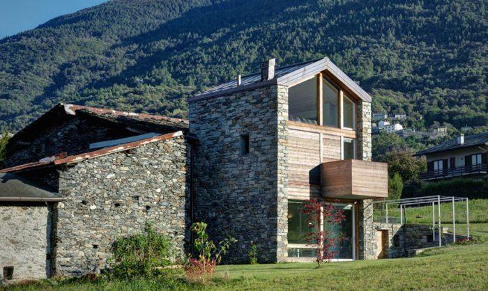 S. V. House - обновленный дом с каменным фасадом.