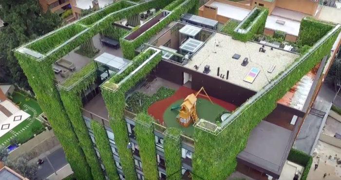 Фасад дома с вертикальным садом.