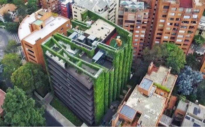Зеленые растения, высаженные на фасаде площадью 3100 кв. метров.