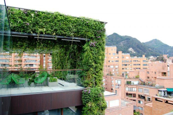 Уютная зеленая терраса прямо в центре города.