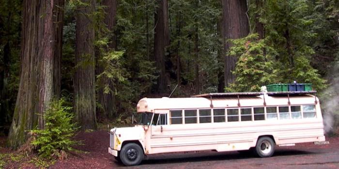 Школьный автобус, переделанный в  домик на колесах.