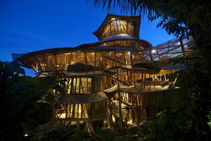 Дом, построенный из бамбука.