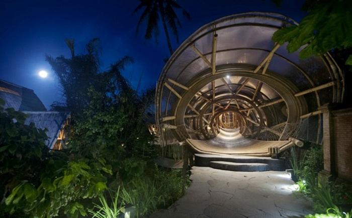 Sharma Springs. Вход через 15-метровый туннель.