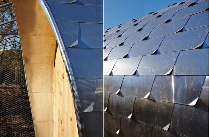 Стены и крыша курятника покрыты металлочерепицей.