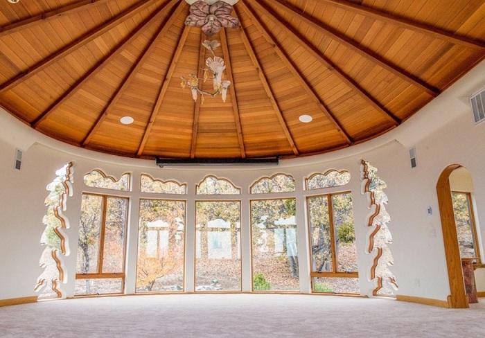 Shining Hand Ranch. Деревянный купол гостиной.