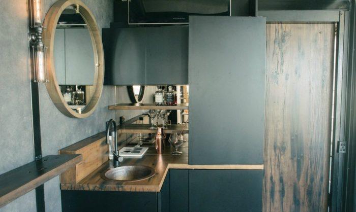 Мини-кухня в жилище из контейнера.