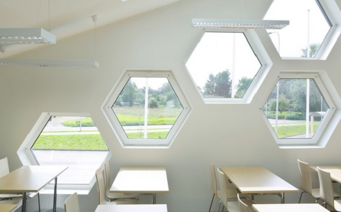 Окна Rehau, выполненные в виде шестигранников.