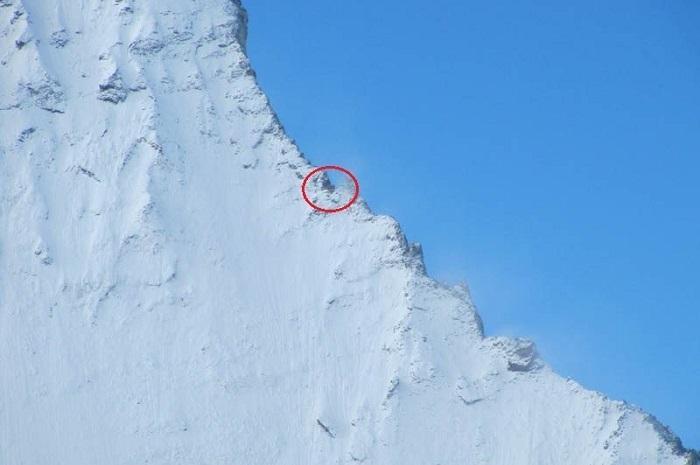 На крутом уступе горной вершины Маттерхорн находится хижина.