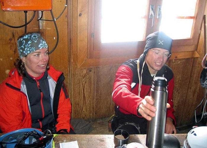 Уставшие альпинисты могут передохнуть в хижине Сольве.